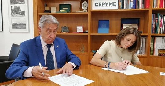 Inmaculada Bernal (SOLIDAR) y Aurelio Lópe de Hita (CEPYME) en el momento de la firma de los documentos
